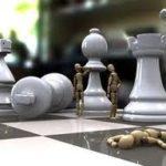 Игрушечные человечки среди шахматные фигур
