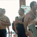 Мужчины с золотыми цепями и крестами