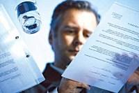 Человек работает с документами