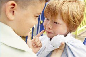 Мальчик обижает другого мальчика