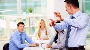 Общение людей в офисе