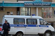 Полицейская машина возле входа в банк