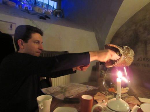 Александр Кондратович зажигает свечу