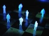 Игрушечные человечки на шахматной доске