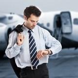 Мужчина смотрит на свои наручные часы