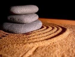 Пирамида из камней на песке