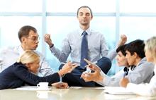 Люди общаются на работе в офисе