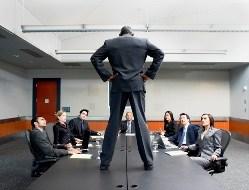 Мужчина стоит на столе в офисе
