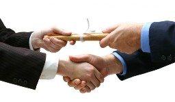 Рукопожатие и передача свитка