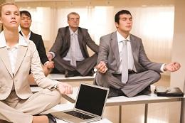 Люди медитируют в офисе