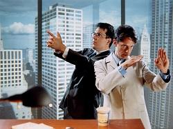Два человека в офисе, в боевых стойках