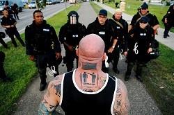 Полиция и татуированный здоровяк