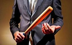 В костюме с бейсбольной битой