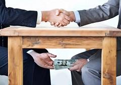 Рукопожатие и деньги под столом