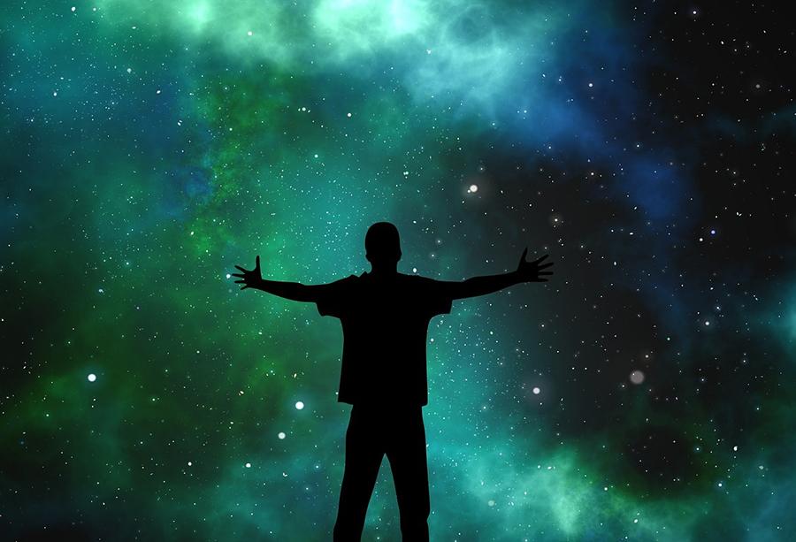 человек перед небом